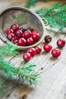 Cranberries orgânicos frescos em uma madeira
