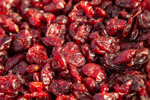 Cranberries secas closeup. os sabores da taiga - altai frutos secos numa feira rural.
