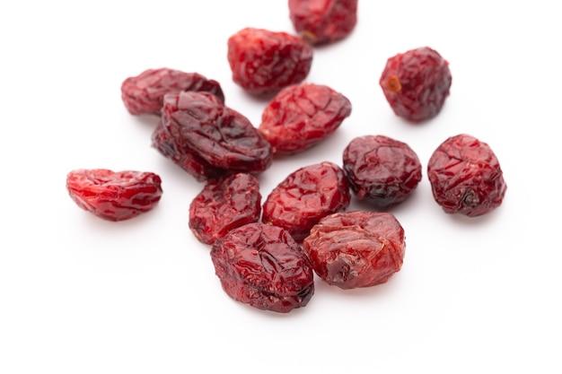 Cranberries secas isoladas na superfície branca