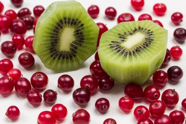 Cranberries vermelhos e fatias de kiwi verde. fechar-se