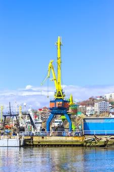 Crane no porto na baía de avacha em kamchatka.