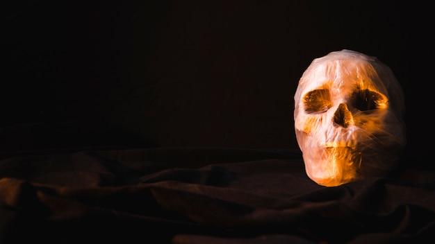 Crânio assustador assustador em saco de plástico