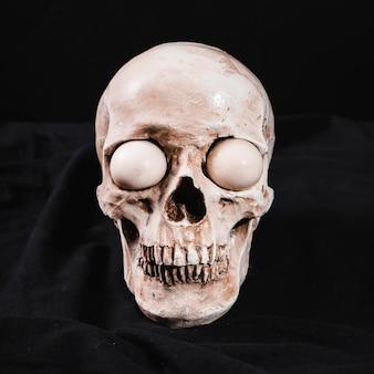 Crânio assustador com globos oculares brancos