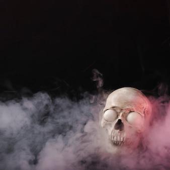 Crânio assustador em fumaça