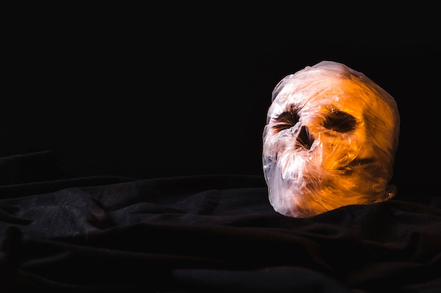 Crânio assustador em saco de plástico