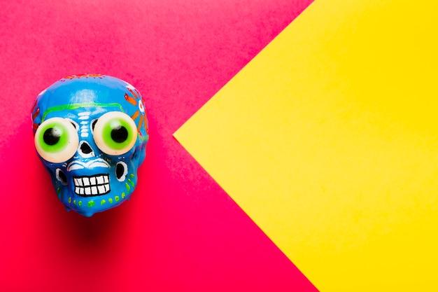 Crânio colorido de vista superior com cópia-espaço