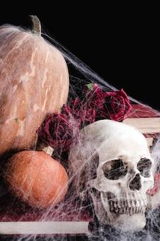 Crânio com abóboras e teia de aranha
