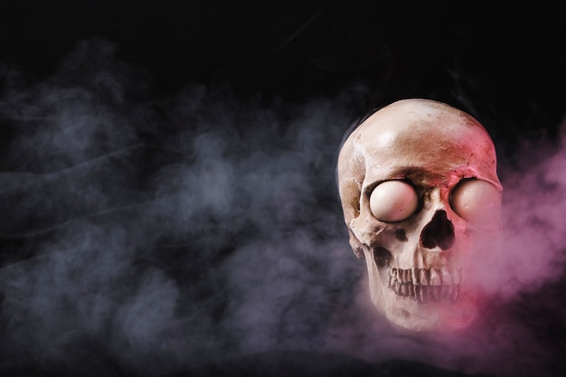 Crânio com globos oculares brancos em fumaça rosa