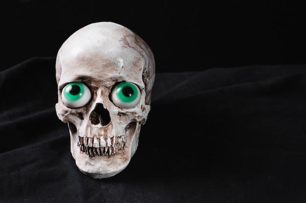 Crânio com olhos de brinquedo