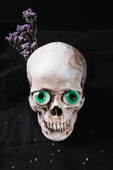 Crânio com olhos e flores extravagantes