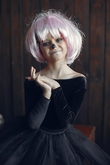 Crânio de açúcar menina fantasia de halloween e maquiagem. festa de halloween. dia dos mortos.