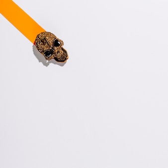Crânio de metal na listra de papel