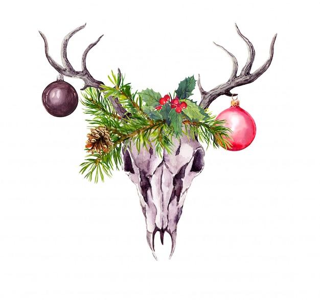Crânio de veado de natal, galhos de árvores de natal, visco e enfeites decorativos de natal. aquarela no estilo boho