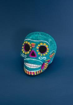 Crânio decorativo azul sobre fundo azul