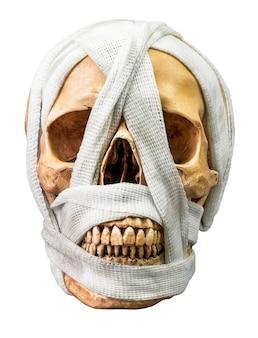 Crânio humano amarrado com bandagem suja isolada no fundo branco