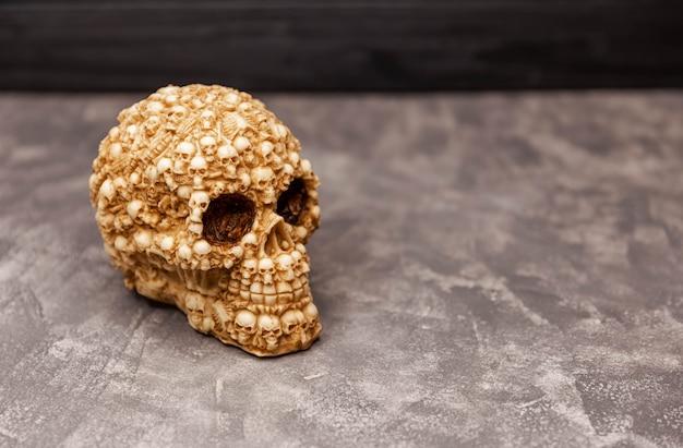 Crânio humano assustador em fundo preto conceito místico de halloween