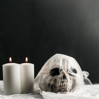 Crânio humano em saco de plástico e velas