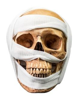 Crânio humano ligado com bandagem isolada no fundo branco