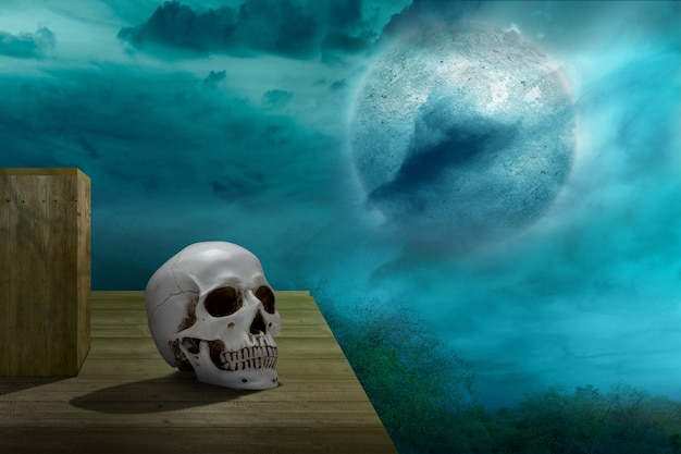 Crânio humano na mesa de madeira com a cena noturna de fundo