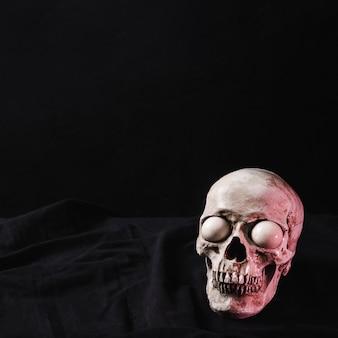 Crânio iluminado pela luz vermelha