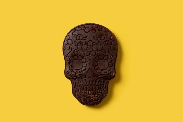 Crânio mexicano de chocolate em fundo amarelo
