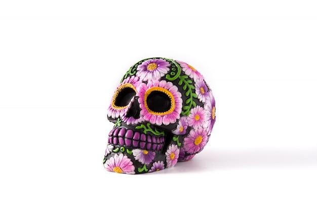 Crânio mexicano típico pintado isolado no branco. dia de los muertos.
