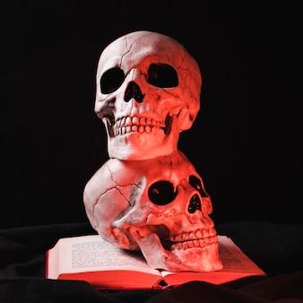 Crânios assustadores com destaque vermelho