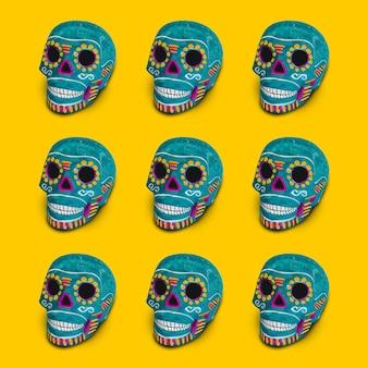 Crânios decorativos azuis em um fundo amarelo
