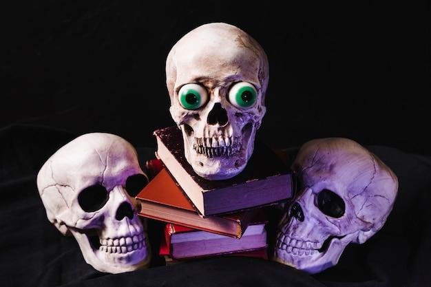Crânios e livros iluminados por luz roxa