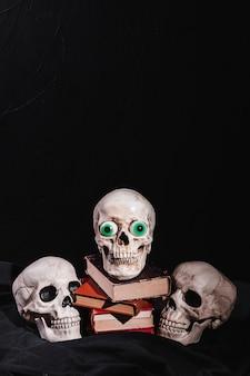 Crânios e livros sobre tela preta