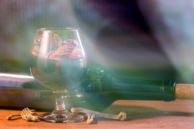 Crânios no sangue vidro e vinho na mesa de madeira.