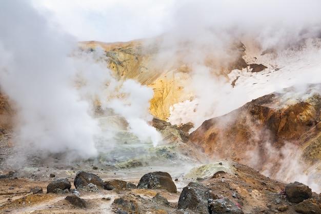 Cratera de paisagem vulcânica do vulcão ativo fonte termal fumarola campo de lava com atividade de vapor de gás
