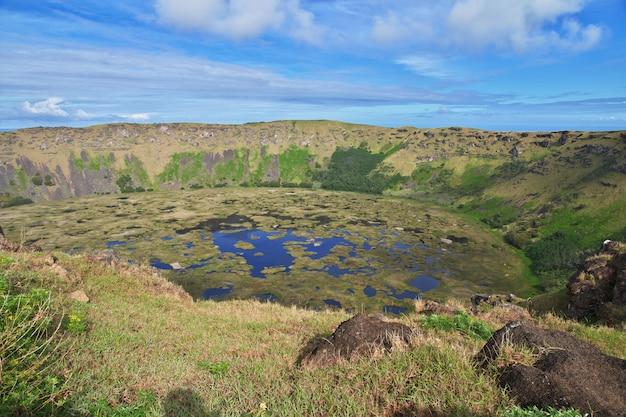 Cratera do vulcão rano kau em rapa nui, ilha de páscoa, chile