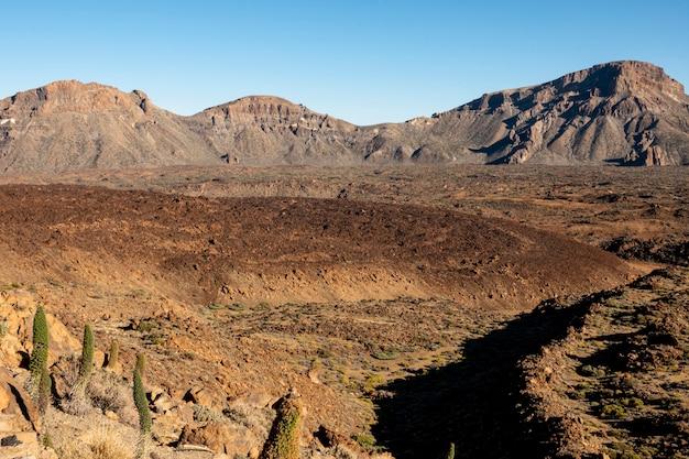 Cratera vulcânica com solo vermelho