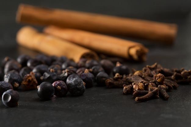 Cravo canela bagas de zimbro gyn especiarias tônica