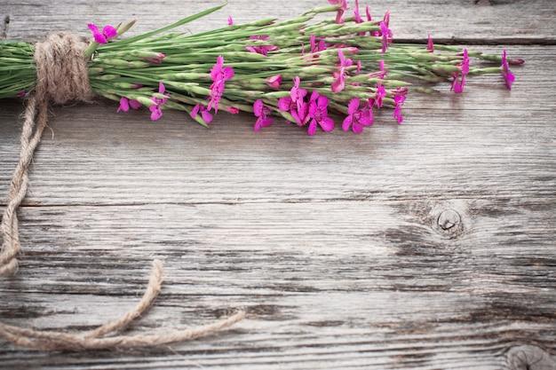 Cravo-de-rosa sobre fundo de madeira