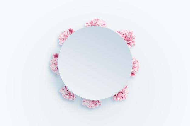Cravos de primavera fundo, rosa, vermelhos e brancos sobre um fundo claro.