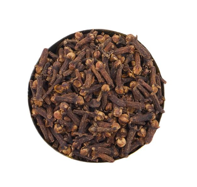Cravos secos saudáveis ou laung, lavang no fundo branco