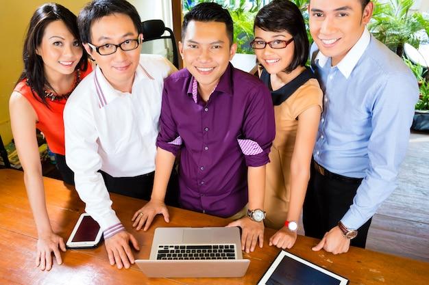 Creative business asia, reunião da equipe no escritório