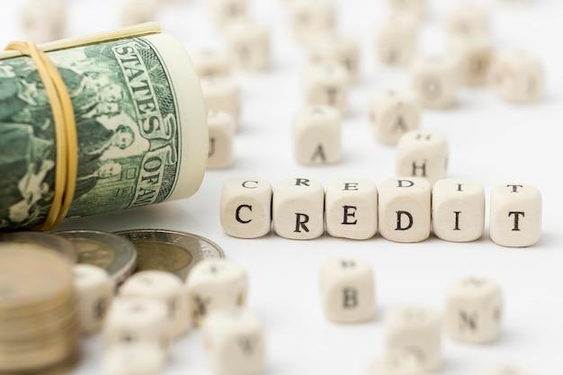 Crédito escrito em cartas de rascunho e notas de banco