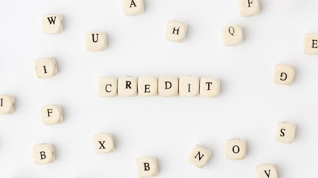 Crédito escrito em letras scrabble
