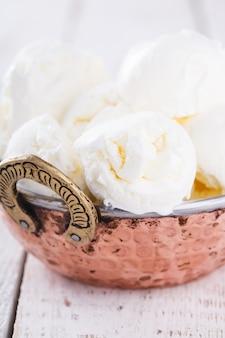 Creme branco, bolas de sorvete. sobremesa doce de verão.