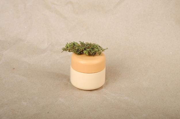 Creme corporal relaxante de maconha medicinal, creme cosmético e cuidados com a pele seca com botões de maconha