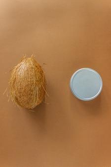 Creme cosmético e coco em uma superfície marrom. cosméticos naturais.