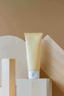 Creme cosmético em um tubo. cosméticos naturais. cuidados com a pele.