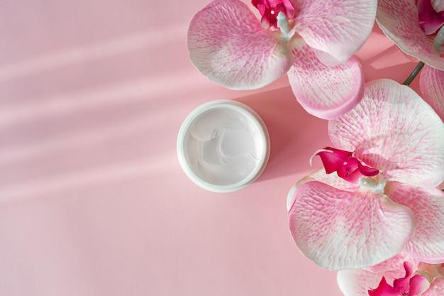 Creme cosmético para cuidados com o rosto, hidrata e flor de orquídea
