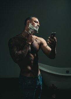 Creme de barbear. tesouras de barbeiro e navalha. ideias sobre barbearia e salão de barbearia.