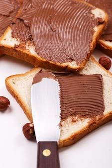 Creme de chocolate delicioso em uma torrada