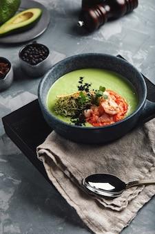 Creme de espargos com camarão. sopa de espargos verdes com camarão tigre
