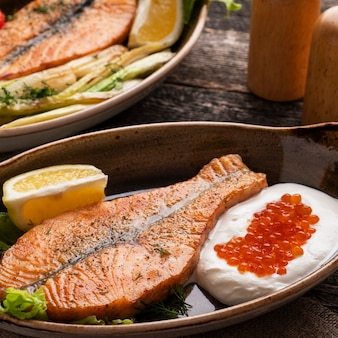 Creme de filé de salmão e caviar vermelho.